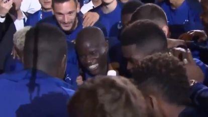 FT buitenland (10/09). Verlegen Kanté in volgepakt Stade de France luidkeels toegezongen - Voormalig jeugdspeler van Saint-Etienne doodgeschoten