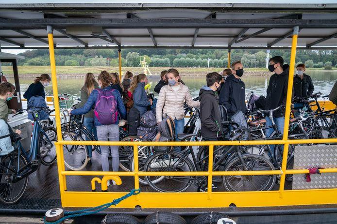 Tussen 07.30 en 08.00 uur is het Drielse Veer exclusief voor scholieren.