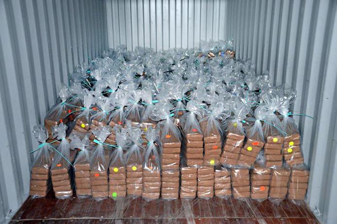 Een drugsvondst in 2016 in de Waalhaven. De pakketten cocaïne zaten verstopt in een container die uit Curaçao kwam.