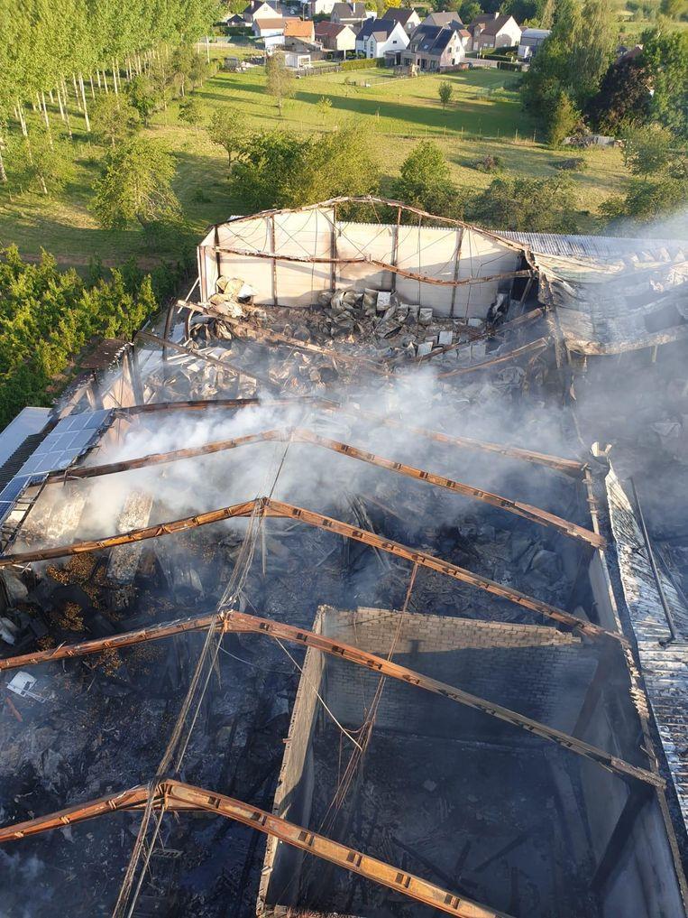 De oorzaak is nog niet bekend, maar het vuur ontstond rond twee uur buiten aan de loods in de Drie-Gezustersstraat in deelgemeente Zepperen.