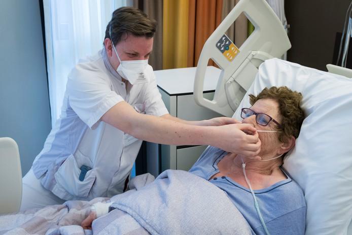 Een patiënten wordt behandeld in het ziekenhuis.