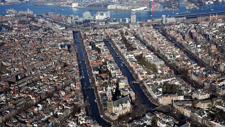Een luchtfoto van het Amsterdamse centrum. Beeld anp