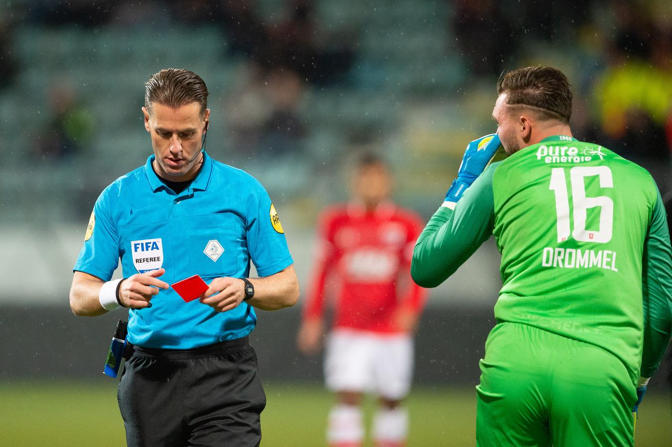 Scheidsrechter Danny Makkelie geeft Joel Drommel de rode kaart.