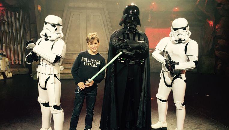 De kinderen krijgen een Jedi-pak aangemeten en een 'lightsaber'. Beeld Corinne van Duin