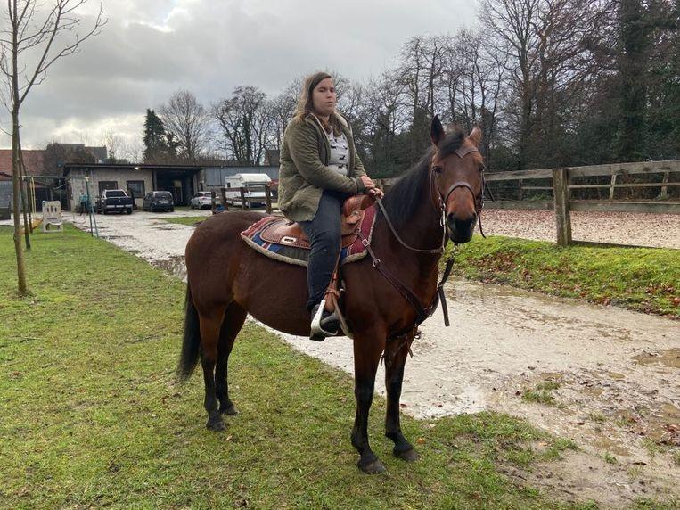 Ook voor Salima heeft paardrijden een rustgevende werking.