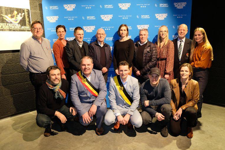 De sportlaureaten van Evergem, met een delegatie van het schepencollege.