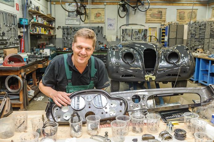 Peter Satink in zijn bedrijf aan de Sloetsweg. Hij verhuist later dit jaar naar het garagepand aan het Mitchamplein/Deldenerstraat.