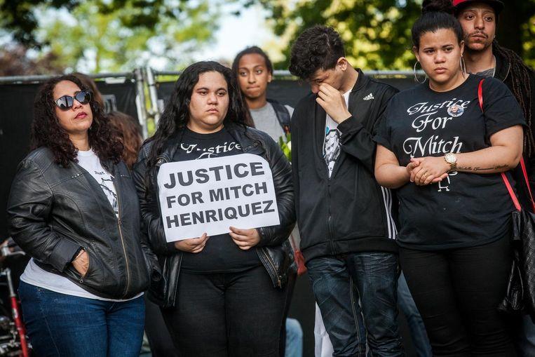 Familieleden van Mitch Henriquez tijdens een demonstratie tegen politiegeweld. De betoging werd precies een jaar na de dood van Mitch Henriquez gehouden. Beeld anp