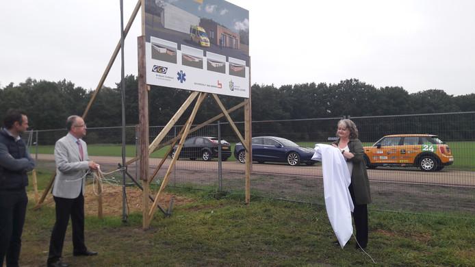 Burgemeester Paul Verhoeven van Heeze-Leende en GGD-directeur Ellis Jeurissen onthullen het bouwbord. Links de gemeentelijk projectleider.