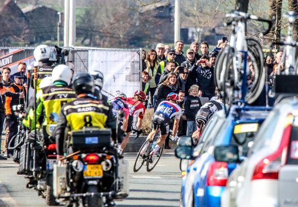 De doortocht van de Ronde in Kerkhove staat garant voor sfeer.