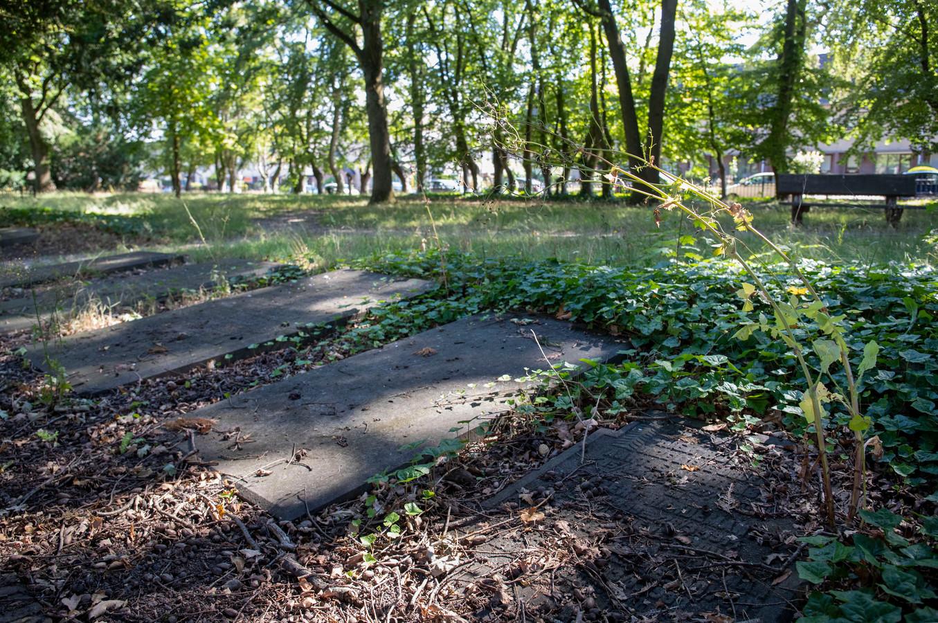 Grafstenen op de voormalige begraafplaats van Veenendaal.