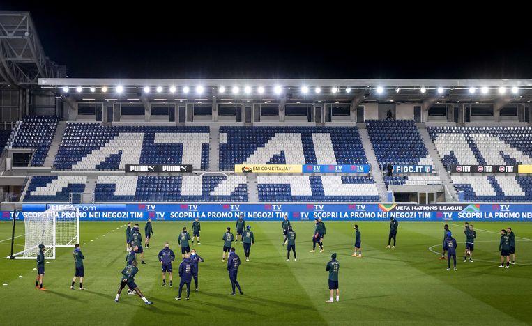 De Italiaanse nationale selectie tijdens de noodgedwongen uitgestelde avondtraining in het stadion van Atalanta in Bergamo.  Beeld ANP