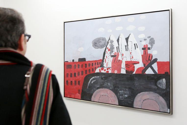 Een museumbezoeker bekijkt het schilderij 'Riding Around' van de Amerikaanse schilder Philip Guston (1913-1980). Beeld Hollandse Hoogte