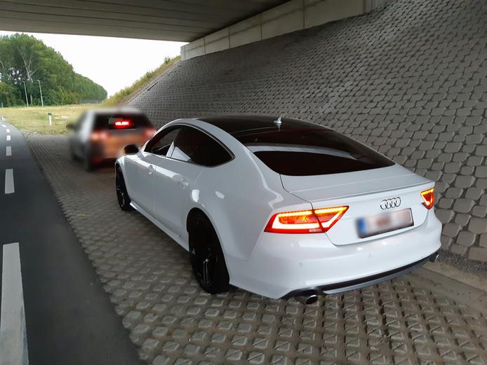 De automobilist reed in deze witte Audi.