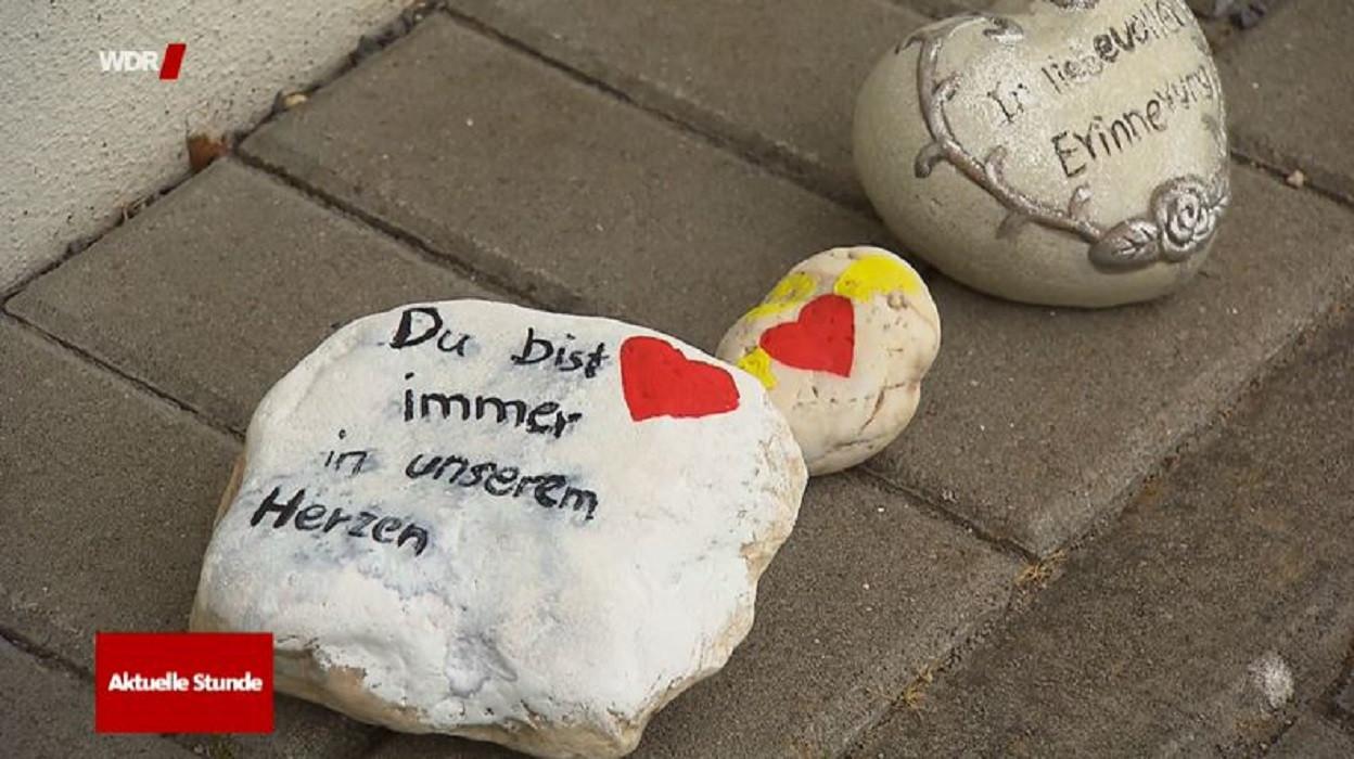 Beschilderde stenen ter nagedachtenis aan de 3-jarige Greta bij kinderdagverblijf 'Steencirkel' in Viersen.