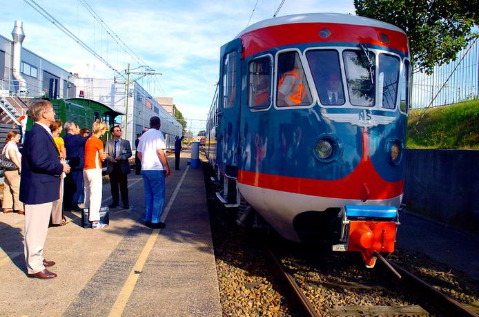 Trots bij de presentatie van het eerste product van het Tilburgse treinproject voor werklozen in 2004: de Blauwe Engel.