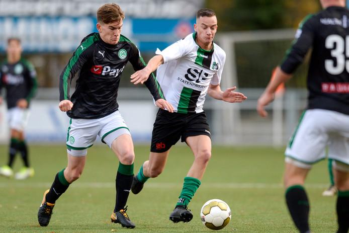 Tom van de Looi (links) namens Jong FC Groningen in duel met Barry Rog van Scheveningen.