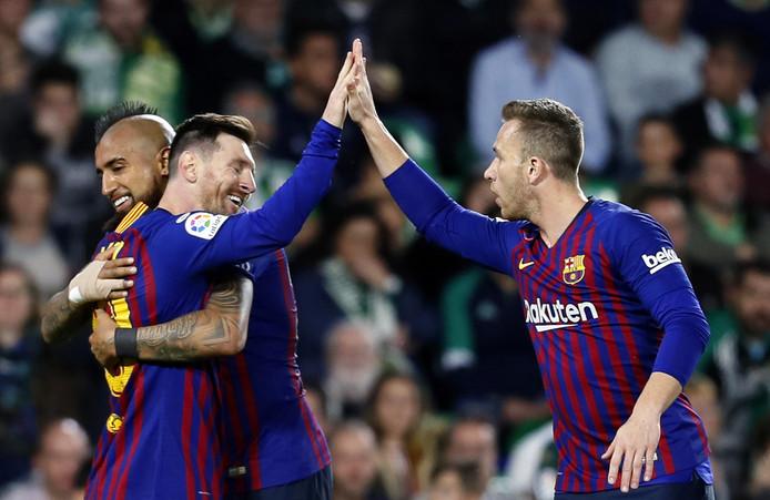 Lionel Messi krijgt een knuffel van Arturo Vidal, en een high five van Arthur Melo.