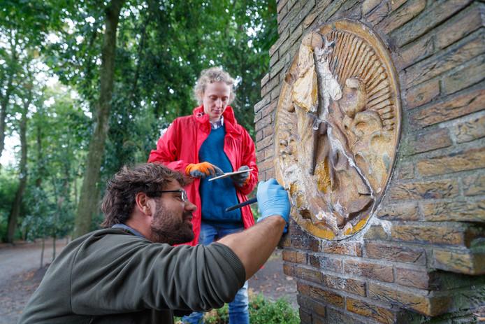 Restaurateur Michiel Overhoff legt de laatste hand aan herstel monumentjes De Geheimen van de Rozenkrans. Hij kreeg daarbij recentelijk hulp van zijn partner Anna de Jong.