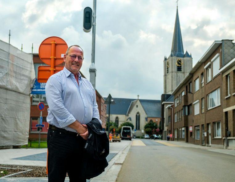 Schepen Bart Van Scharen aan de nieuwe flitscamera in de Torenstraat.