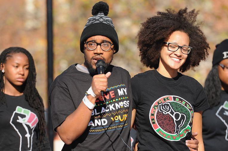 Jonathan Butler (midden) spreekt studenten toe tijdens een bijeenkomst na het aftreden van universiteitsdirecteur Tim Wolfe.