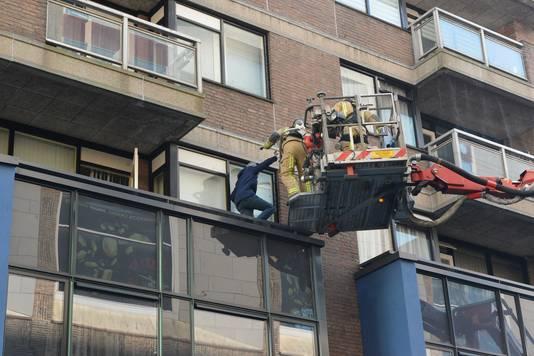 Bewoners van de Markthof zijn door de brandweer uit hun woning gehaald.