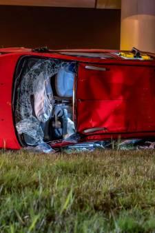 Ongeluk op A16 bij Moerdijk: twee auto's op kant in de berm