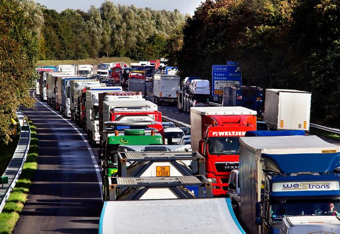 Vrachtwagenfile op de A67 bij Asten na een aanrijding (archieffoto).