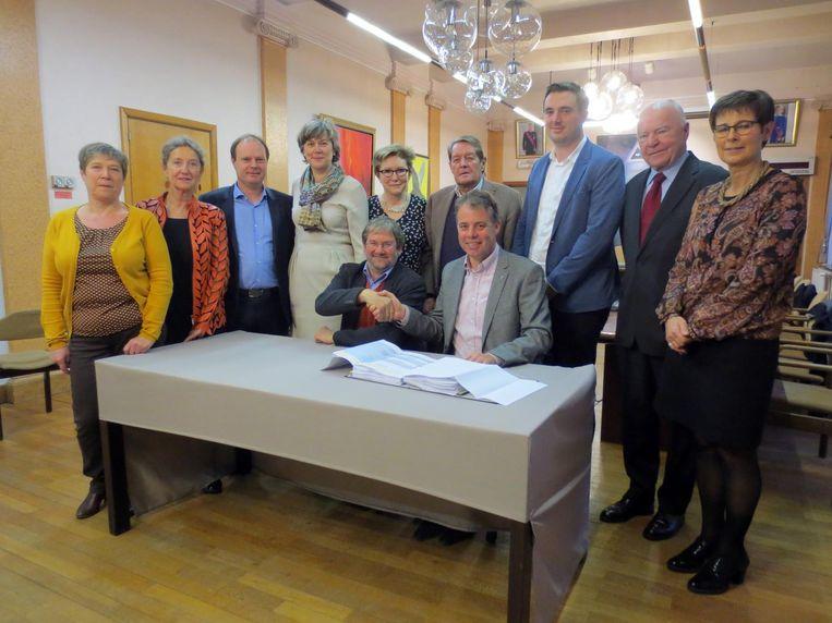 """Burgemeesters Jan Vermeulen van Deinze en Johan Cornelis van Nevele schudden elkaar de hand. """"We hebben een kant-en-klaar dossier."""" Al is er nog werk."""