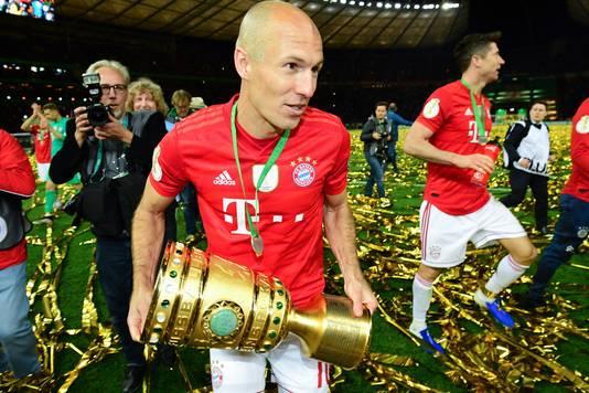 Arjen Robben met de Duitse DFB-pokal.