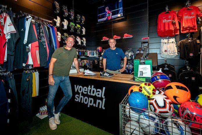 De Voetbalshop.nl-vestiging in Capelle aan den IJssel, met links Arjan Onnes  en rechts zaakvoerder Peter IJdo.