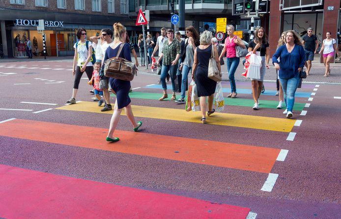 Het regenboog zebrapad op de Lange Viestraat in Utrecht.