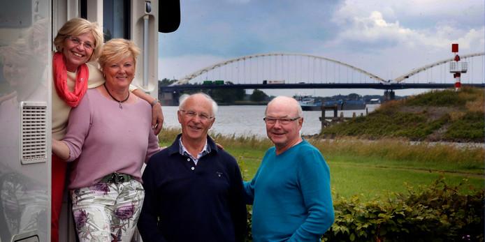 Vier Duitsers met een camper bezoeken Gorinchem. Steeds meer buitenlandse toeristen struinen met een kaart in de hand door de Gorcumse binnenstad en over de stadswallen.