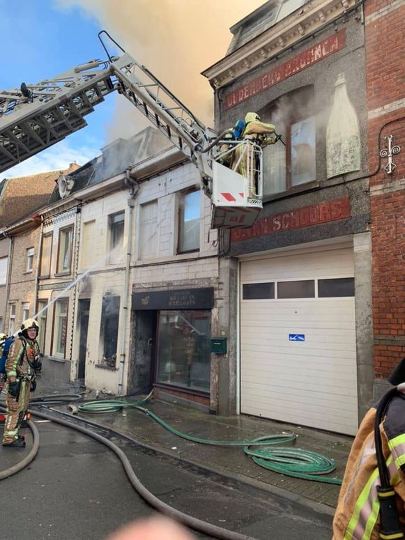 Ook de aanpalende woningen gingen in de vlammen op.