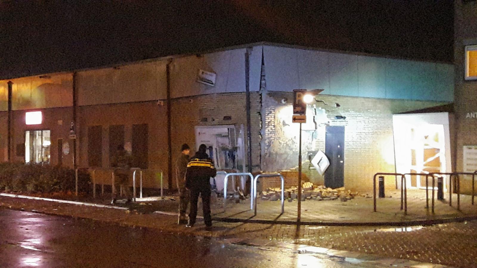Politie en Explosieven Opruimings Dienst bij de plofkraak in de Hoge Vucht in Breda.