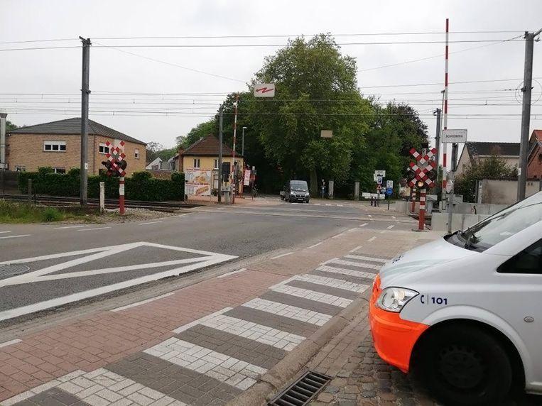 De politie vatte vandaag post aan de spoorwegovergang in Sinaai.