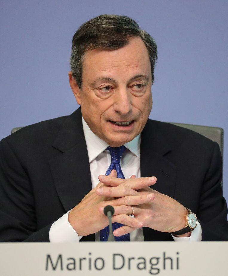 Sinds een paar jaar koopt de Europese Centrale Bank onder leiding van Mario Draghi massaal staatsobligaties op en zet op die manier druk op de rente.  Beeld EPA