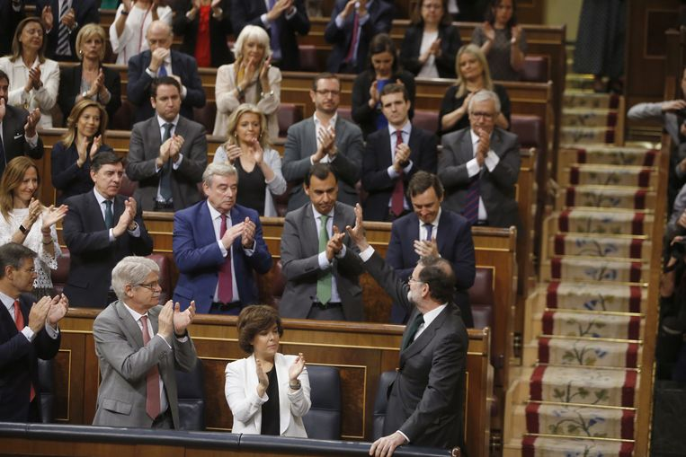 Rajoy kreeg na zijn korte toespraak een staande ovatie van zijn fractie.
