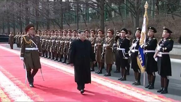 De leider van Noord-Korea, Kim Jong Un, groet zijn soldaten.