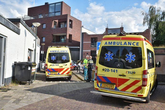 Ambulances op de plaats van de steekpartij in Oisterwijk.