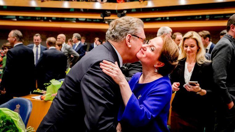 Henk Krol (50Plus) begroet Fleur Agema (PVV) voorafgaand aan de installatie van de nieuwe Kamerleden na de Tweede Kamerverkiezingen. Nu lijken zij de voorlopige oppositie te vormen met de SP en de PvdA. Beeld null