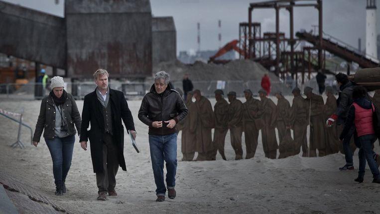 Nolan (midden) aan het werk voor zijn film Dunkirk op het strand van Duinkerke. Beeld Peirre Volot
