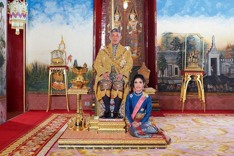 Deze en 59 andere foto's op de site van het Thaise paleis zorgden voor zoveel bekijks dat de website crashte. De vrouw op de foto is de onlangs officieel aangestelde minnares van koning Rama X. De 34-jarige gemalin is ook te zien in gevechtspak op een schietbaan en gekleed in  sport-bh met camouflageprint in een cockpit.  Rama X  benoemde Sineenat tot 'Koninklijke Edele Gemalin', naast vorstin Suthida. De monarch herintroduceerde daarmee de koninklijke polygamie, die lang geleden werd uitgebannen.  Beeld AFP