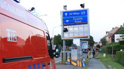 Vrachtwagenchauffeur moet uitwijken voor tegenligger en ramt signalisatiebord