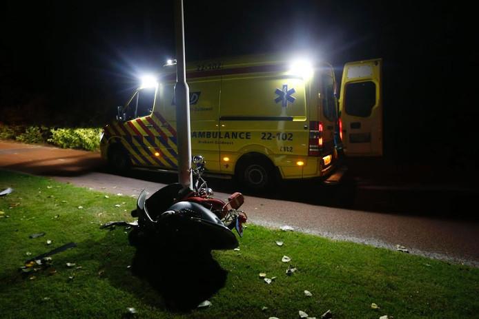 De scooterrijder botste tegen een lantaarnpaal