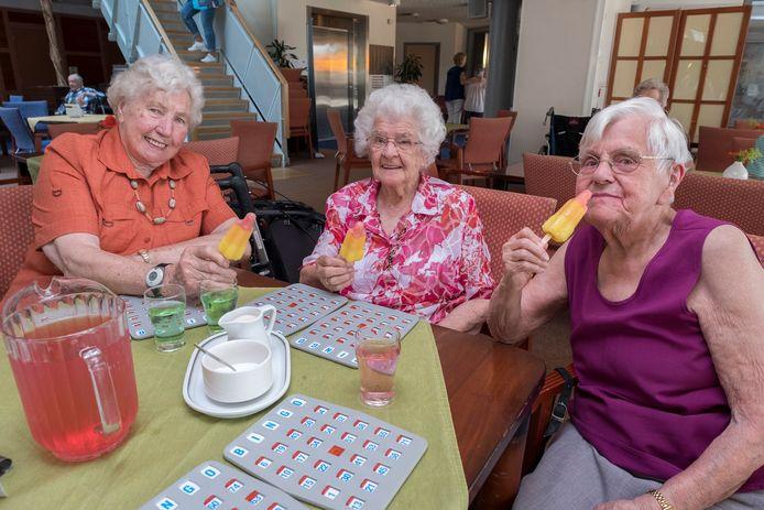 Ook nu liggen er in zorgcentrum Malderburch in Malden weer extra ijsjes in de diepvries. Ze gezellig samen opeten, zoals de drie dames op deze archieffoto vorig jaar tijdens de bingo deden,  is er nu alleen niet bij.