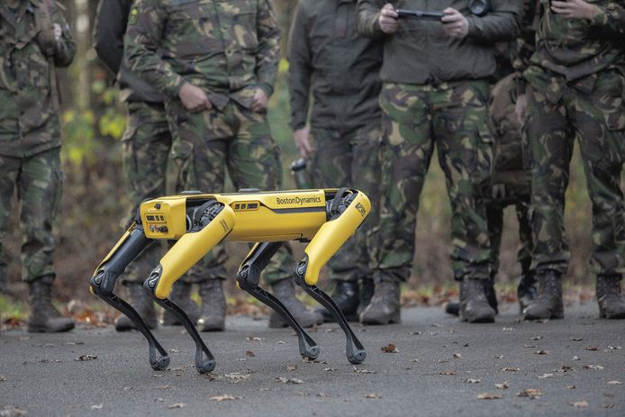 Demonstratie van de robothond op de kazerne in Oirschot.