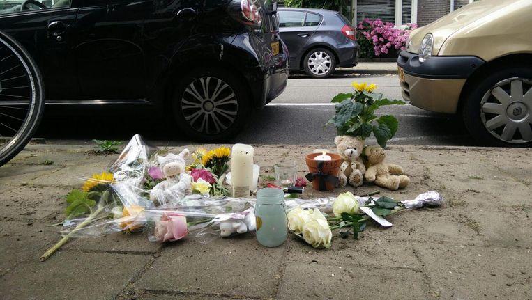 Bloemen en knuffels in de Eendrachtstraat. Beeld Lex Boon