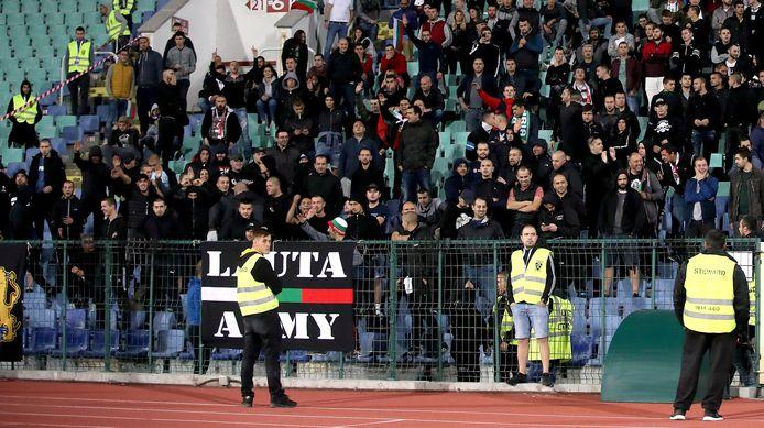 De fans van Bulgarije bij de wedstrijd tegen Engeland (0-6) maandagavond in Sofia.