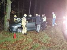 Auto raakt van de A18 en komt tegen boom tot stilstand, twee gewonden